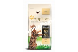 -Applaws Cat Adult csirke 2kg  AL4022  AAPPLAWS Csirkehússal, száraz eledel felnőtt macskák részére, 2kg  Az Applaws száraz eledel egyedülálló, teljes értékű táplálék felnőtt macskák részére, mely  tulajdonképpen a vadon élő macskák természetes eledelét valósítja meg, száraz formában. Összetétel:  szárított csirkehús, szárított burgonya, friss csirkehús, szárnyas olaj, szárnyas húslé, cukorrépa pép, szárított egész tojás, szárított sörélesztő, lazac olaj, cellülóz növényi rost, áfonya kivonat, jukka kivonat, citrus kivonat, rozmaring olaj kivonat. Analitikai összetevők:  nyersfehérje 47%, nyers olajok és zsírok 20%, nyershamu 9.9%, nyersrost 2%, kálcium 2.0%,foszfor 1.6%, A-vitamin 12,000 NE/kg, D3-vitamin 1,200 NE/kg, E-vitamin (alfa-tokoferol) 600 NE/kg, réz (cupri-szulfát) 12 mg/kg. < 15% karbohidrátok, nem tartalmaz színezékeket, ízfokozókat és tartósítószereket.  Etetési javaslat: Macska súlya: 1.25 – 3kg           3 – 5 kg                 5 – 8 kg                          Napi adag:    20 – 40g                40 – 60g               60 – 100g A javasolt napi etetési mennyiség csak egy útmutató, a szükséges mennyiség változhat és függ a macska korától, méretétől és aktivitásától. Csak takarmányozási célra! Az állat előtt mindig legyen friss, tiszta ivóvíz Száraz, hűvös helyen tárolandó. A vitamintartalom garantált a szavatossági idő végéig.