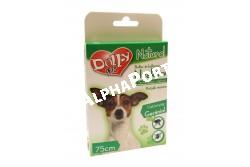 :Dolly Natural Bolha és kullancsriasztó nyakörv kutyák részére 75cm  DN0166  Dolly Natural bolha- és kullancsriasztó nyakörv kutyák részére Terméknév: Dolly Natural bolha- és kullancsriasztó nyakörv kutyák részére Biocid terméktípus, termékforma: 19. terméktípus, riasztó hatású nyakörv. Gyártja: Animall Professional Care Kft. (telephely: 2376 Hernád, Fő u. 183. M: +36-20-852-6464, e-mail: a.p.c.kft@gmail.com Forgalmazó: Alpha-Vet Állatgyógyászati, Kft., 8000 Székesfehérvár, Homoksor 7. Vevőszolgálat: +36-22/516-402, -403, -408, -409, e-mail: vevoszolgalat@alpha-vet.hu, www.alpha-vet.hu Hatóanyag: Gerániol 1,7 g/100 g (CAS szám: 106-24-1), Felhasználási terület: Bolha- és kullancsriasztó hatás kifejtése kutya testfelületén. Felhasználási kör: Lakossági felhasználásra Célállat: kutya Célszervezetek: bolha, kullancs Adagolás, alkalmazás, hatástartósság: Használat előtt bontsuk ki a hermetikusan záró csomagolást és vegyük ki a nyakörvet. Helyezzük az állat nyakára úgy, hogy két ujjunk a nyakörv alá férjen. Csatoljuk be a nyakörvet, majd a feleslegesen lelógó részt vágjuk le. A nyakörv folyamatos viselés esetén 90 napig elriasztja a bolhákat, 38 napig a kullancsokat. Nyáron 40°C hőmérséklet esetén hatékonysága csak 38 napig garantált. A kutya fürdetése, úsztatása előtt vegyük le a nyakörvet, és csak a bőr és szőrzet megszáradása után helyezzük vissza. Eltarthatóság és tárolás: 18 hónapig eltartható az eredeti csomagolásban, 25°C alatti hőmérsékleten tárolható. Magas hőmérséklettől és gyújtóforrásoktól távol tartandó. Élelmiszertől, italtól, takarmánytól távol kell tartani. Veszélyt jelző piktogramok: Nem jelölésköteles Figyelmeztető mondatok: EUH208 Gerániol-t, methylchloroisothiazolinone-t, methylisonthiazolinone-t tartalmaz. Allergiás reakciót válthat ki. EUH2010 Kérésre biztonsági adatlap kapható. Óvintézkedésre vonatkozó mondatok: P102 Gyermekektől elzárva tartandó. P262 Használat előtt olvassa el a címkén közölt információkat. P264 A használatot követően a kezet ala