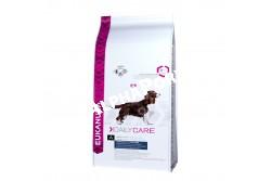 -Eukanuba Daily Care Overweigt/Sterilised 12,5kg  EUKDC01  Eukanuba Daily Care Overweight/Sterilized   Teljesértékű és kiegyensúlyozott beltartalmi értékű táp az elhízásra hajlamos felnőtt kutyáknak. A túlsúly növeli a cukorbetegség, valamint a szív- és ízületi problémák kockázatát. A táplálás és a mozgás kulcsfontosságú szerepet játszik a megfelelő testtömeg elérésében, ezért a kutyák számára ajánlott a Eukanuba Overweight/Sterilized táp, mely elősegíti a megfelelő izomtömeg kialakulását, és kutyája átérzi majd a mozgás örömét. Az optimális eredmény érdekében ezt az étrendet naponta, kizárólagosan kell adagolni. Nem tartalmaz hozzáadott színező, ízesítő, tartósítószereket. Összetétel: Kukorica, Szárított csirke és pulyka 19%, természetes glükozamin és kondroitin-szulfát forrás, búza, cirok, árpa, szárított cukorrépapép 3,6%, szárított egész tojás, hidrolizált állati fehérjék, állati eredetű zsír, kalcium-karbonát, kálium-klorid, lenmag, nátrium-klorid, nátrium-hexametafoszfát, frukto-oligoszacharidok 0,38%, szárított sörélesztő, halolaj. Analitikai összetevők: Fehérje 22%, zsírtartalom 7,6%, Omega-6 zsírsavak 1,62%, Omega-3 zsírsavak 0,21%, nyershamu 6,50%, nyersrost 2,90%, kálcium 1,05%, foszfor 0,85% Adalékanyagok:  Vitaminok: A-vitamin: 228855IU/kg, D3-vitamin: 1426IU/kg, E-vitamin: 257mg/kg, L-karnitin: 47mg/kg, béta-karotin: 3,8mg/kg. Nyomelemek:  Réz-szulfát pentahidrát: 54mg/kg, Kálium-jodid: 3,9mg/kg, Vas-szulfát monohidrát: 720mg/kg, Mangán-szulfát-monohidrát:54mg/kg,Mangán-oxid:39mg/kg,Cink-oxid: 250mg/kg, nátrium?szelenit: 0,3mg/kg. Amikor első alkalommal ad Eukanuba tápot, fokozatosan, 4 nap alatt vezesse be kutyája étrendjébe. Azt javasoljuk, hogy kutyáját naponta kétszer etesse. Ossza fel az etetési útmutató szerinti napi adagot az egyes étkezésekhez. Kutyája étvágya ettől eltérhet a korától, vérmérsékletétől és aktivitási szintjétől függően. A kutya előtt mindig legyen bőséges friss ivóvíz.  Nettó tömeg: 2,5 kg, 12 kg-os Tárolás: Száraz, huvös helyen