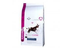 -Eukanuba Daily Care Overweigt/Sterilised 2,5kg  EUKDC02  Eukanuba Daily Care Overweight/Sterilized   Teljesértékű és kiegyensúlyozott beltartalmi értékű táp az elhízásra hajlamos felnőtt kutyáknak. A túlsúly növeli a cukorbetegség, valamint a szív- és ízületi problémák kockázatát. A táplálás és a mozgás kulcsfontosságú szerepet játszik a megfelelő testtömeg elérésében, ezért a kutyák számára ajánlott a Eukanuba Overweight/Sterilized táp, mely elősegíti a megfelelő izomtömeg kialakulását, és kutyája átérzi majd a mozgás örömét. Az optimális eredmény érdekében ezt az étrendet naponta, kizárólagosan kell adagolni. Nem tartalmaz hozzáadott színező, ízesítő, tartósítószereket. Összetétel: Kukorica, Szárított csirke és pulyka 19%, természetes glükozamin és kondroitin-szulfát forrás, búza, cirok, árpa, szárított cukorrépapép 3,6%, szárított egész tojás, hidrolizált állati fehérjék, állati eredetű zsír, kalcium-karbonát, kálium-klorid, lenmag, nátrium-klorid, nátrium-hexametafoszfát, frukto-oligoszacharidok 0,38%, szárított sörélesztő, halolaj. Analitikai összetevők: Fehérje 22%, zsírtartalom 7,6%, Omega-6 zsírsavak 1,62%, Omega-3 zsírsavak 0,21%, nyershamu 6,50%, nyersrost 2,90%, kálcium 1,05%, foszfor 0,85% Adalékanyagok:  Vitaminok: A-vitamin: 228855IU/kg, D3-vitamin: 1426IU/kg, E-vitamin: 257mg/kg, L-karnitin: 47mg/kg, béta-karotin: 3,8mg/kg. Nyomelemek:  Réz-szulfát pentahidrát: 54mg/kg, Kálium-jodid: 3,9mg/kg, Vas-szulfát monohidrát: 720mg/kg, Mangán-szulfát-monohidrát:54mg/kg,Mangán-oxid:39mg/kg,Cink-oxid: 250mg/kg, nátrium?szelenit: 0,3mg/kg. Amikor első alkalommal ad Eukanuba tápot, fokozatosan, 4 nap alatt vezesse be kutyája étrendjébe. Azt javasoljuk, hogy kutyáját naponta kétszer etesse. Ossza fel az etetési útmutató szerinti napi adagot az egyes étkezésekhez. Kutyája étvágya ettől eltérhet a korától, vérmérsékletétől és aktivitási szintjétől függően. A kutya előtt mindig legyen bőséges friss ivóvíz.  Nettó tömeg: 2,5 kg, 12 kg-os Tárolás: Száraz, huvös helyen 