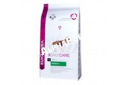 -Eukanuba Daily Care Senior 9+ 2,5kg  EUKDC09  Eukanuba Daily Care Senior 9+ Teljesértékű és kiegyensúlyozott beltartalmi értékű táp idős kutyáknak. A korosodó kutyák kondíciója romolhat. A speciálisan kialakított Eukanuba Senior 9+ étrend révén mégis a lehető legjobban érezhetik magukat. Nem tartalmaz hozzáadott színező, ízesítő, tartósítószereket. Összetétel: Szárított csirke és pulyka 34%, természetes glükozamin és kondroitin-szulfát forrás, kukorica, búza, állati eredetű zsír, rizs, szárított cukorrépapép 2,9%, hidrolizált állati fehérjék, szárított egész tojás, szárított sörélesztő, halolaj, frukto-oligoszacharidok 0,53%, kálium-klorid, nátrium-klorid, nátrium-hexametafoszfát, lenmag, mannán-oligoszacharidok. Analitikai összetevők: Fehérje 30%, zsírtartalom 15%, Omega-6 zsírsavak  2,49%, Omega-3 zsírsavak  0,38%, nyershamu 7,50%, nyersrost 2,20%, kálcium 1,30%, foszfor  1,10% Adalékanyagok:  Vitaminok:  A-vitamin: 45055IU/kg,  D3-vitamin: 1495IU/kg,  E-vitamin: 250mg/kg,  L-karnitin: 56,9mg/kg,  béta-karotin: 28,5mg/kg. Nyomelemek:  Réz-szulfát pentahidrát: 45mg/kg,   Kálium-jodid: 3,3mg/kg,   Vas-szulfát monohidrát: 597mg/kg,   Mangán-szulfát monohidrát: 45mg/kg,   Mangán-oxid: 32mg/kg, Cink-oxid: 207mg/kg. Amikor első alkalommal ad Eukanuba tápot, fokozatosan, 4 nap alatt vezesse be kutyája étrendjébe. Azt javasoljuk, hogy kutyáját naponta kétszer etesse. Ossza fel az etetési útmutató szerinti napi adagot az egyes étkezésekhez. Kutyája étvágya ettől eltérhet a korától, vérmérsékletétől és aktivitási szintjétől függően. A kutya előtt mindig legyen bőséges friss ivóvíz.  A kutya elott legyen elegendo friss ivóvíz. Nettó tömeg: 2,5 kg, 12 kg-os Tárolás: Száraz, huvös helyen tartandó!