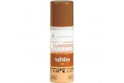 Charmil spray 100 ml  SZB19177  A CHARMIL-spray kétféle (baktérium-, gomba- és atkaölő tulajdonságaikról ismert) gyógynövény olaját tartalmazó, széles alkalmazási területű, hatékony bőrgyógyító spray, amely mentes szintetikus anyagoktól és antibiotikumoktól. Nagy hatékonysággal alkalmazható a meleg és nedves hónapok alatt, amikor a megfelelő környezeti feltételek elősegítik a mikrobák elszaporodását, a legyek jelenléte pedig a sebek (légy-) lárvával történő fertőződését, mivel kitűnő légyriasztó és sebgyógyító hatással is rendelkezik. A különleges szórópermet-forma pedig biztosítja az időjárásnak ellenálló konzisztenciát, a kiváló behatoló erőt és a könnyű felvitelt  Célállat:Szarvasmarha, ló, juh, kecske, sertés, kutya, macska, nyúl, galamb és egyéb kisállatok.   Javallat: Különféle bőrbántalmak és sérülések helyi kezelésére.-szúrt, vágott, tépett, horzsolt felületekre;-nyereg általi feltörésre, kötél okozta horzsolásra;-sebészeti beavatkozások, szarvtalanítás után;-égés, forrázás okozta sérülésekre;-patairha gyulladás, büdös sántaság, lábrothadás kezelésére;-gombás eredetű bőrgyulladások, ekcémák esetén;-egyes külső élősködők ellen (légylárva, rühatka) és fészekparaziták távoltartására;-tályog, kelés, sömör esetén. Hatása:-széles spektrumú baktérium- és gombaölő;-gyulladásgátló, sebgyógyító/-forrasztó, és viszketést enyhítő;-rovarriasztó, galambok esetében a fészektányéron is alkalmazható  Alkalmazása:Kizárólag külső használatra. Naponta 1 vagy 2 alkalommal a spray-t a gondosan megtisztított felületre közvetlenül fel lehet vinni, vagy (pl. égési sérülés esetén) a spray-vel átitatott steril gézlapot helyezzük a sérült felületre. A kezelést a seb gyógyulásáig, illetve a fertőzés megszűnéséig kell folytatni.  Kapható kiszerelések: 100 ml, 300 ml flakon