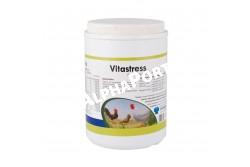 Vitastress por 1 kg  TOLN3  ÖSSZETÉTEL (100 g):A-vitamin: 2 000 000 NE,D3-vitamin: 360 000 NE,E-vitamin: 1000 mg,K3-vitamin: 200 mg,B1-vitamin: 200 mg,B2-vitamin: 200 mg,B6-vitamin: 500 mg,B12-vitamin: 500 mg,Ca-pantotenát: 1000 mg Nikotinamid: 1500 mg,C-vitamin: 1000 mg,Folsav: 100 mg,Biotin: 1 mg,Mangán-szulfát: 4000 mg,Cink-szulfát: 4000 mg,Vas-szulfát: 2000 mg,Réz-szulfát: 300 mg,Kobalt-szulfát: 10 mg,Kálium-jodid: 10 mg,Vivőanyag: ad 100 g  Célállat fajok: borjú, csikó, bárány, malac, baromfi  Javallatok, jellemzők: A VITASTRESS a növekedéshez és az állati produkcióhoz nélkülözhetetlen vitaminokat és nyomelemeket tartalmaz. Habár a VITASTRESS-t elsősorban a stresszhelyzetekben célszerű alkalmazni, gyakran kerülhet sor használatára az intenzív igénybevételek idején is  Alkalmazás: - vitamin- és nyomelem-hiányos kórképekben, a szükségletek növekedése idején (pl. intenzív növekedés időszaka, jelentős mértékű igénybevétel ideje, stb.) - bakteriális kórképekben és stresszhelyzetekben (pl. szállítás, nagy mértékű hőingadozás, antibiotikum terápia, vakcinázás, átcsoportosítás, áttelepítés, farokrágás stb.) - elmaradás a növekedésben. - produkciós problémák, termékenyülési zavarok  Adagolás:Borjú, csikó: 10 g/állat/nap 3-5 napon át.Bárány, malac: 1-2 g/nap 3-5 napon át.Baromfi megelőzés: 100 g/400 liter ivóvíz/nap vagy 100 g/200 kg takarmány/nap.Baromfi kezelés: 100 g/100 liter ivóvíz/nap vagy 100 g/50 kg takarmány/nap 3-5 napon át  Kiszerelés: 1 kg